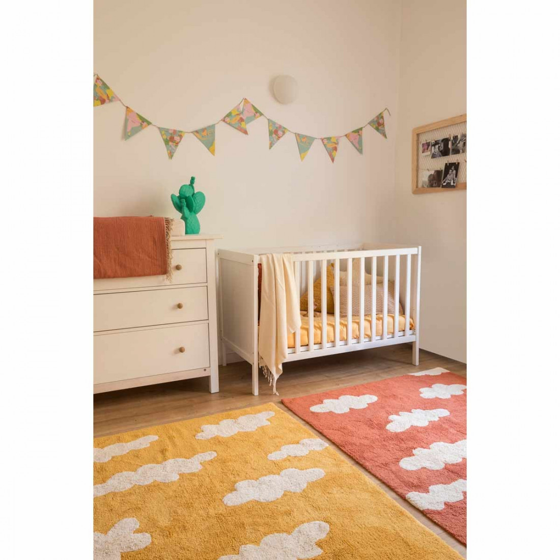 tapis enfant coton lavable jaune moutarde nuages blanc. Black Bedroom Furniture Sets. Home Design Ideas